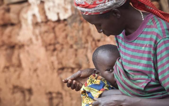 Una mujer da pecho a su hijo en Burundi.