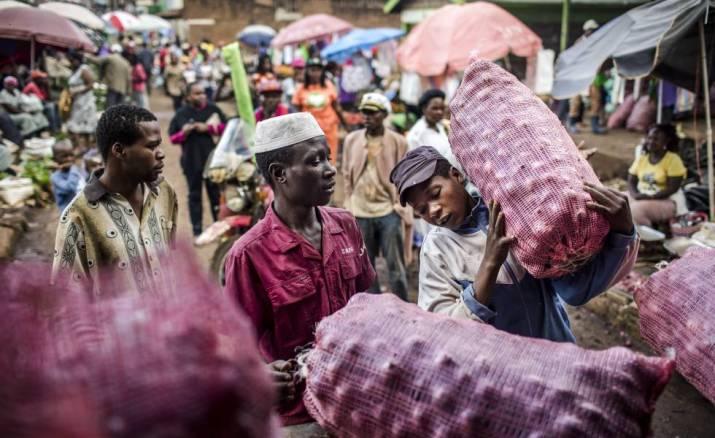 Jóvenes con sacos de cebollas en el mercado local de Meru (Kenia).