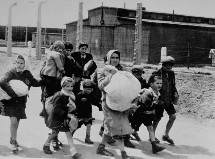 Mulheres e crianças judias selecionadas para morrer caminham para a câmara de gás em Auschwitz, em 1944.