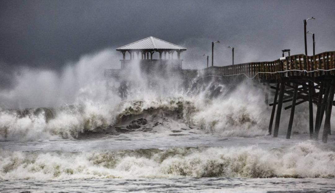 Olas golpean un muelle en Atlantic Beach, en Carolina del Norte.