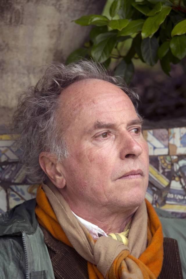 Filósofo, crítico de arte, anticuario y paisajista, Umberto Pasti vive a caballo entre Tánger y Milán. En la imagen, fotografiado en el jardín de Rohuna (Marruecos).