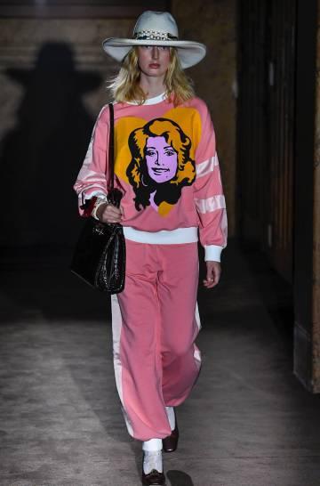 Una modelo desfila un atuendo de Gucci en la Semana de la Moda de París 2018.