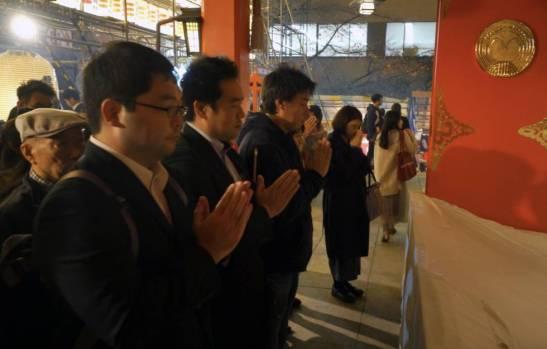 Japoneses rezando en un templo