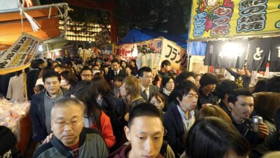 Colas para acceder santuario Hanazono de Shinjuku (Tokio) durante el Festival Otori