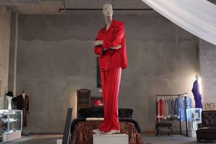 Algunas de las piezas del armario de Hugh Hefner, que salen a subasta en Julien Auctions.