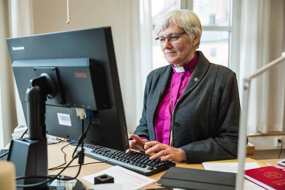 Antje Jackelén fotografada em seu escritório na sede da Igreja luterana sueca, que preside desde junho de 2014.