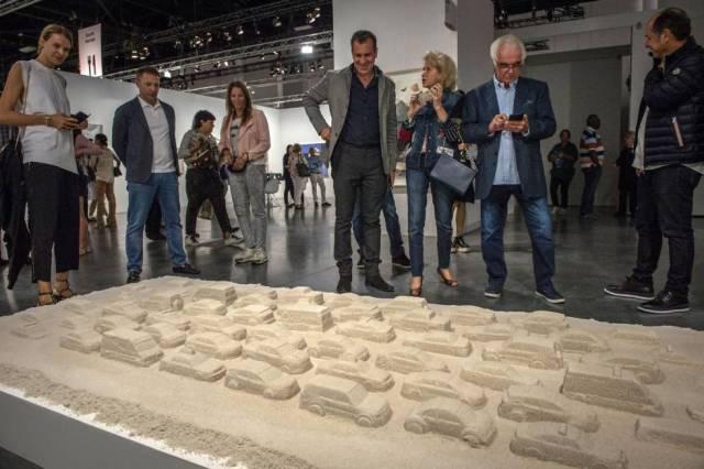 La obra de Leandro Erlich durante la inauguración de la feria Art Basel en el Centro de Convenciones de Miami Beach.