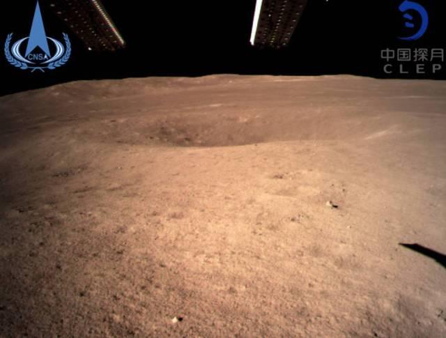 La primera imagen tomada por la sonda Chang'e 4 en el momento del alunizaje en la cara oculta de la Luna.