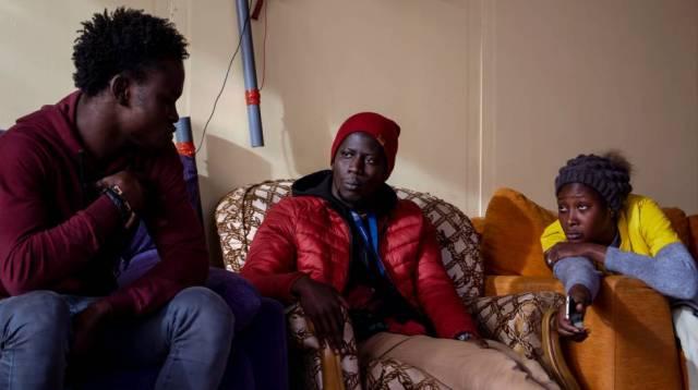 A la izquierda, Ma Ndiaye, emigrante procedente de Senegal, cuenta su experiencia a Aboubacar y a Ndieye.