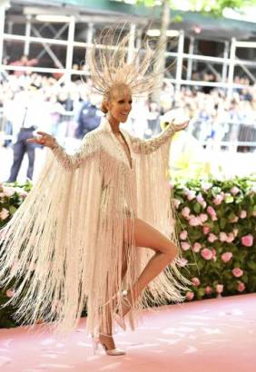 Céline Dion posa con su vestido de flejos y un