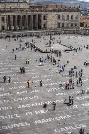 Instalación 'Quebrantos' en la plaza de Bolívar de Bogotá. La obra, de la artista Doris Salcedo, homenajea a líderes sociales asesinados en Colombia.