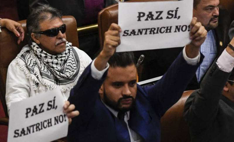 Protesta en el Congreso colombiano por la presencia del exguerrillero de las FARC Jesús Santrich.