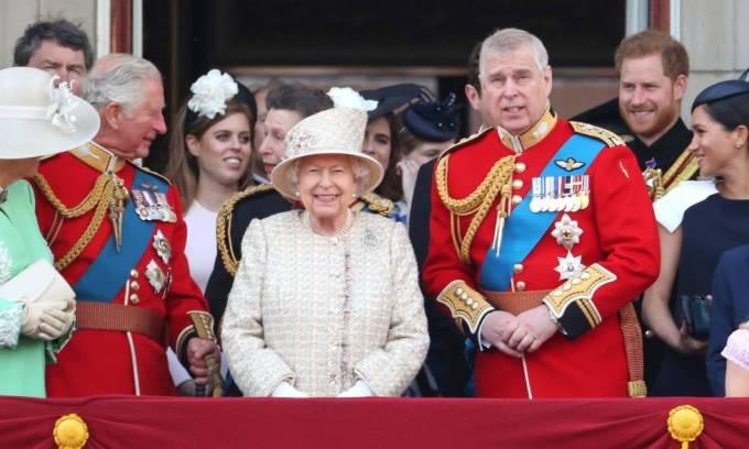 Isabel II, con su hijo Andrés a la derecha, rodeados de la Familia Real.
