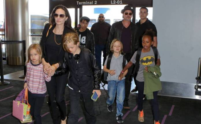 Brad Pitt and Angelina Jolie at the airport with their children Pax, Maddox, Vivienne, Zahara , Knox and Shiloh in June of 2015. GTRESONLINE