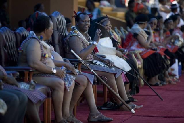 El rey Mswati III en una ceremonia en Suizalandia, con algunas de sus esposas de fondo, en 2009.