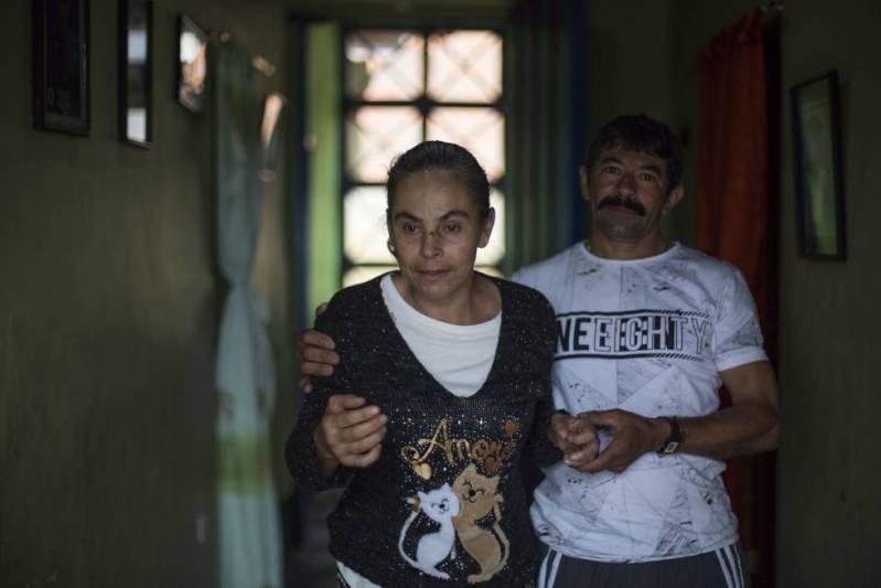 Yamile sufre de alzhéimer precoz. En la foto, es ayudada por su esposo, Hildebrando.