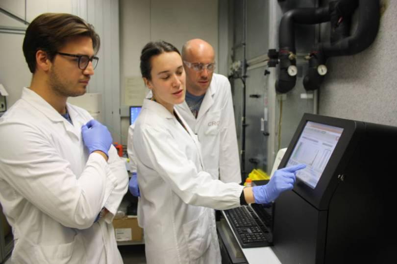Investigadores del Centro de Regulación Genómica, uno de los centros que han participado en el estudio, estudian los resultados de un secuenciador de ADN de última generación.
