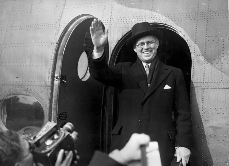 Joseph P. Kennedy, patriarch of the Kennedy saga, greeting the press upon returning from a trip to the USA. In 1940.