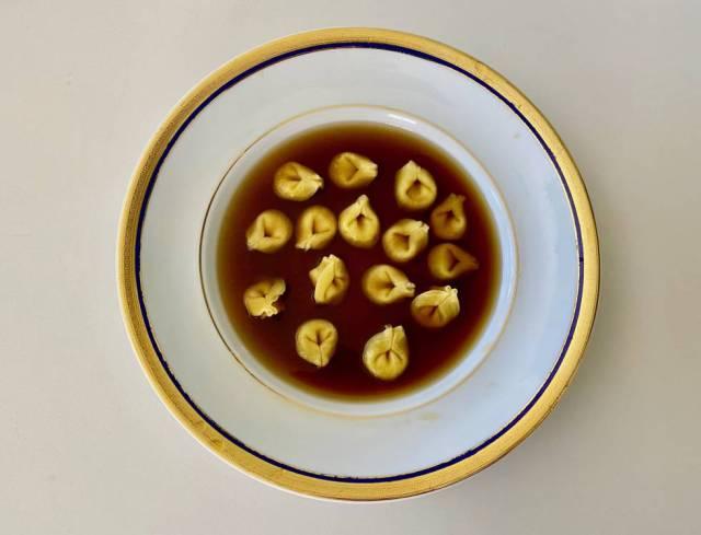 Tortellini 'in brodo' en versión italiana (caldo elaborado con piles de las trufas del desierto y huesos de jamón añejos).