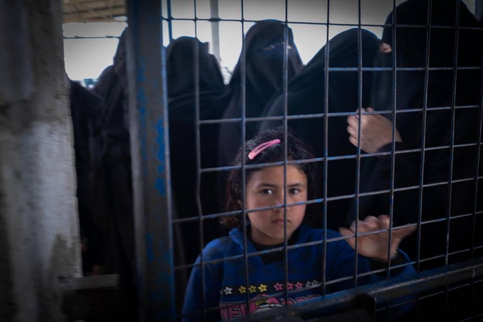 Una niña mira a través de una valla cerrada en el campamento de Al-Hol, noreste de Siria. Se estima que 65.400 personas están recluidas aquí, de las que más del 90% son mujeres y niños. Pinche en la imagen para ver la fotogalería de Ricardo García Vilanova, premio World Press Photo 2020.