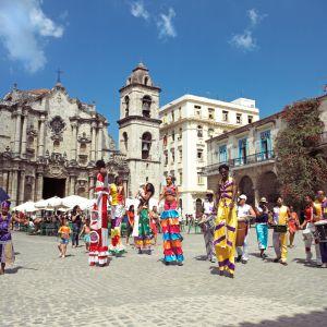 Desfile en zancos frente a la catedral de La Habana, en Cuba.