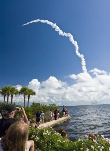 Lanzamiento de un cohete desde el Centro Espacial Kennedy, en FLorida, visto desde Titusville.
