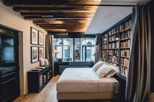 Interior de La Librairie, una antigua librería convertida en suite en el barrio parisiense de Le Marais.