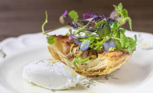 Hojaldre de terrina de oreja y foie, plato del Gresca Bar.