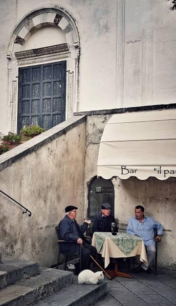 Una pequeña terraza en la plaza del Duomo de la localidad de Ravello, en la Costa Amalfitana.