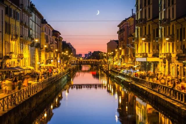 Uno de los canales de Milán (Italia).