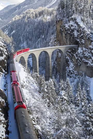 El tren Bernina Express a su paso por el viaducto sobre el río Landwasser (Suiza).