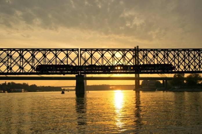 Tren sobre el río Sava, en Belgrado (Serbia).