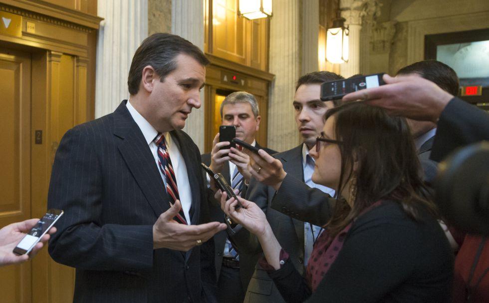 Cruz hablando con periodistas el miércoles en el Senado