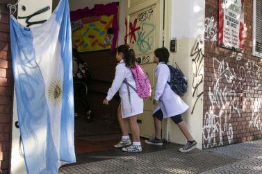 Alumnos de escuela primaria estatal ingresan al colegio en el comienzo del ciclo lectivo este lunes en Buenos Aires.