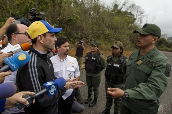 Militares impiden la entrada de líderes de la oposición venezolana a la cárcel Ramo Verde.