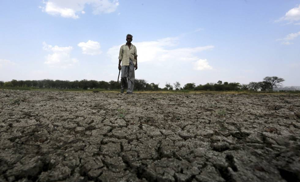 Un hombre camina en el lecho seco de un río cerca del pueblo de Bishankhedi, Bhopal (India), el 13 de mayo.