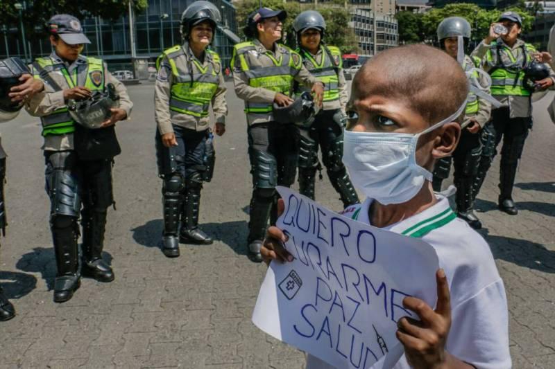El niño de ocho años sujeta un cartel en una protesta el pasado febrero.