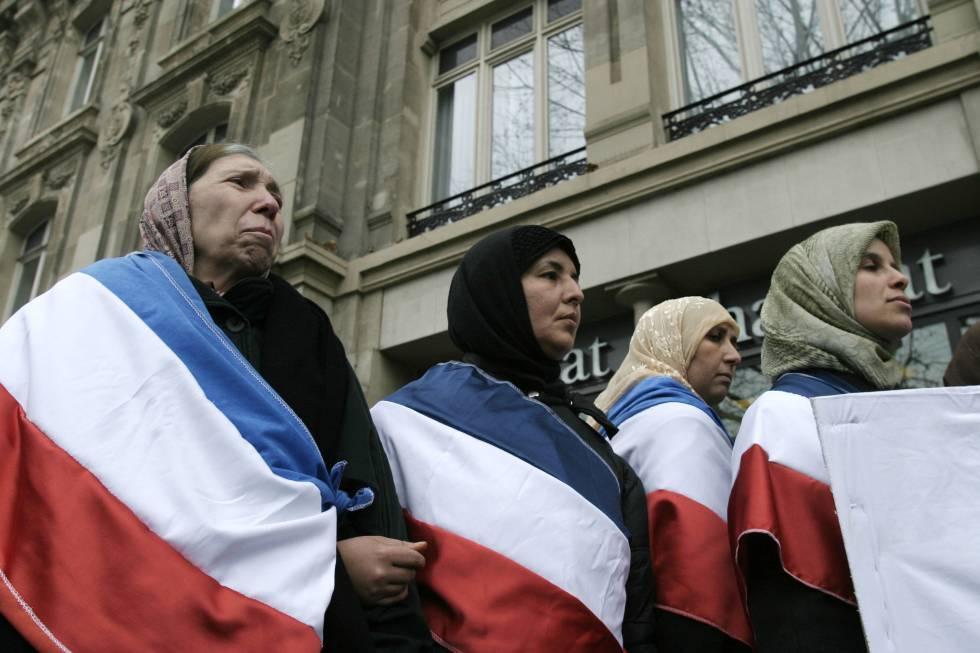 Musulmanas marchan en 2004 en París contra la prohibición del velo en la escuela.