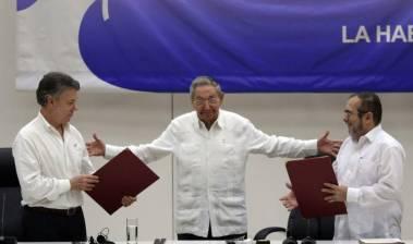 El presidente Santos y el jefe de las FARC, Timochenko, en junio en Cuba.