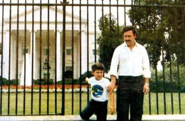 Pablo Escobar y su hijo Juan Pablo frente a la Casa Blanca en Washington DC, en 1981.