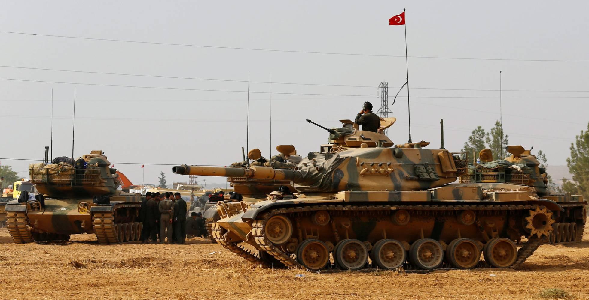 Tanques turcos posicionados en la frontera con Siria. UMIT BEKTAS REUTERS)
