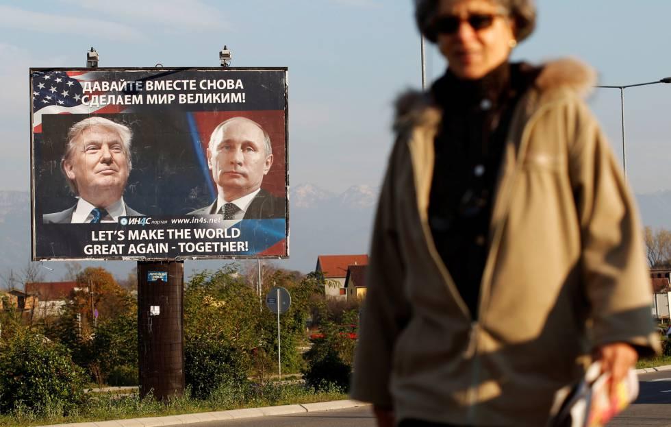 Una mujer pasa frente a un cartel que representa a Donald Trump y Vladimir Putin, este miércoles en Danilovgrad (Montenegro).