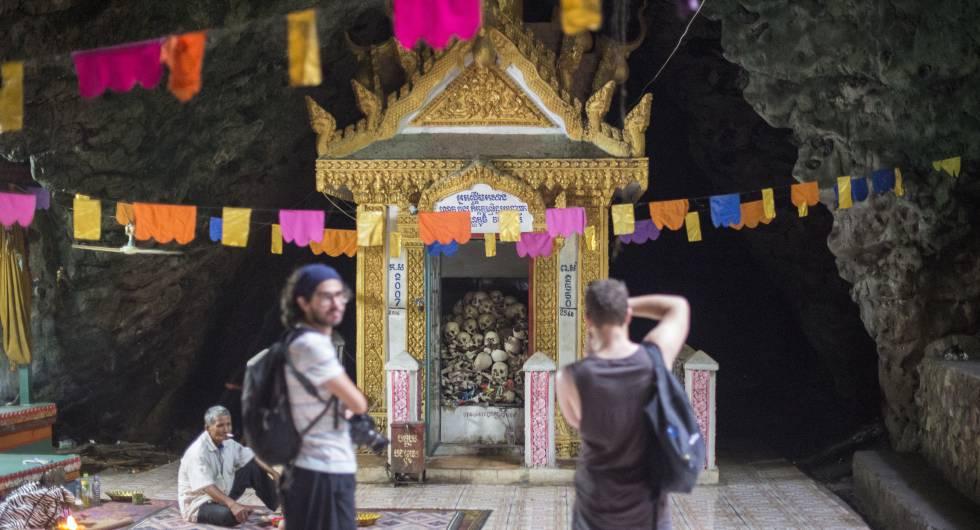 Unos turistas visitan unas cuevas de Battambang donde miles de personas fueron asesinadas.