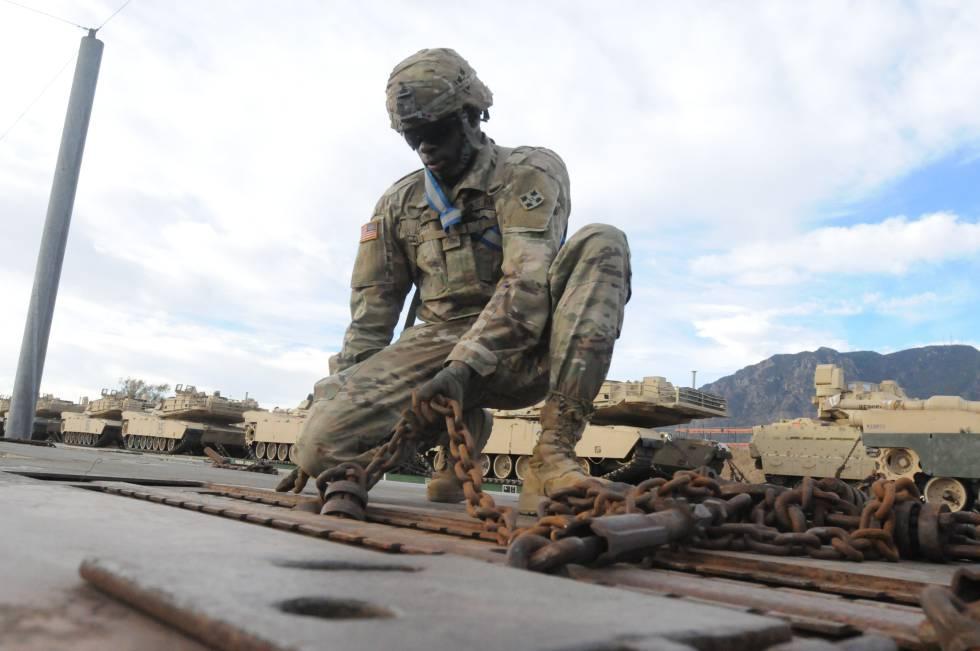 Um soldado acomoda o equipamento para a operação na Europa, em Fort Carson.