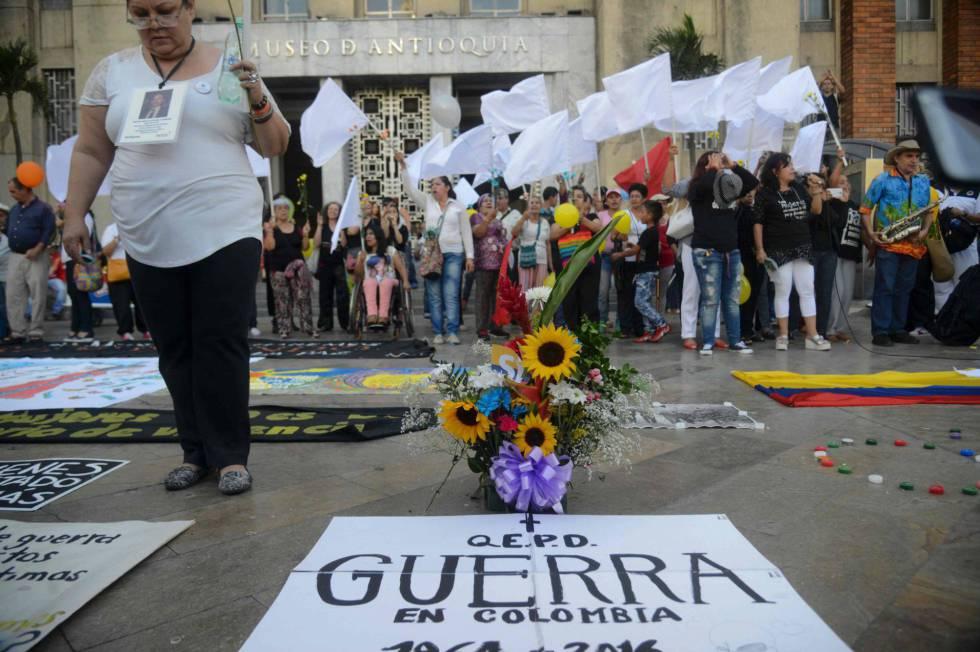 Un grupo de colombianos celebra en la ciudad de Medellín la firma del cese al fuego definitivo entre las FARC y el Gobierno.