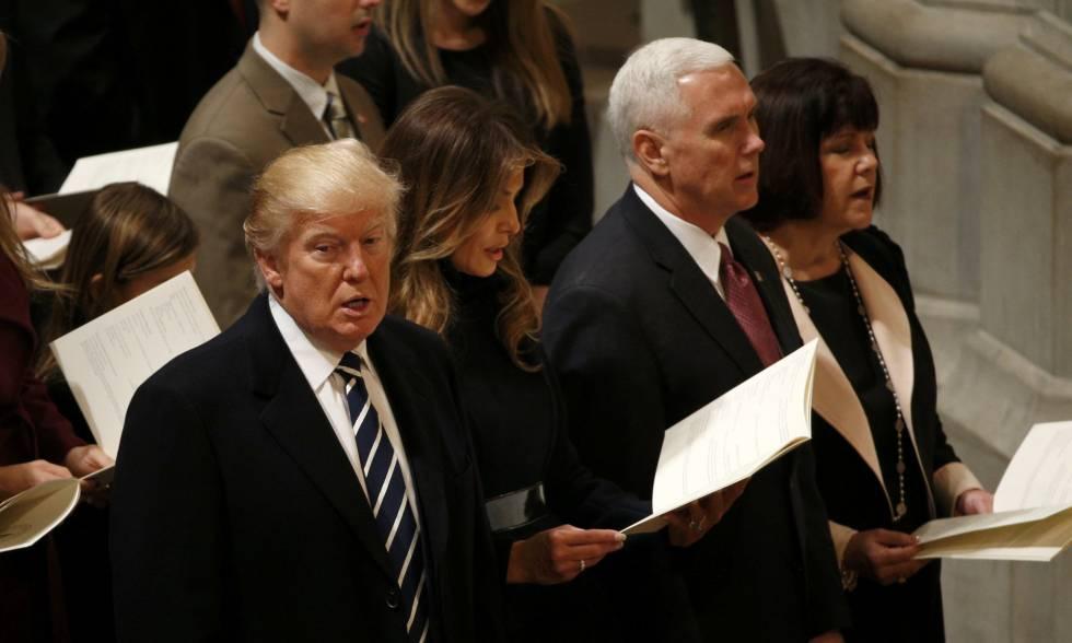 Donald Trump, junto a su esposa y su vicepresidente, este sábado en la Catedral Nacional de Washington