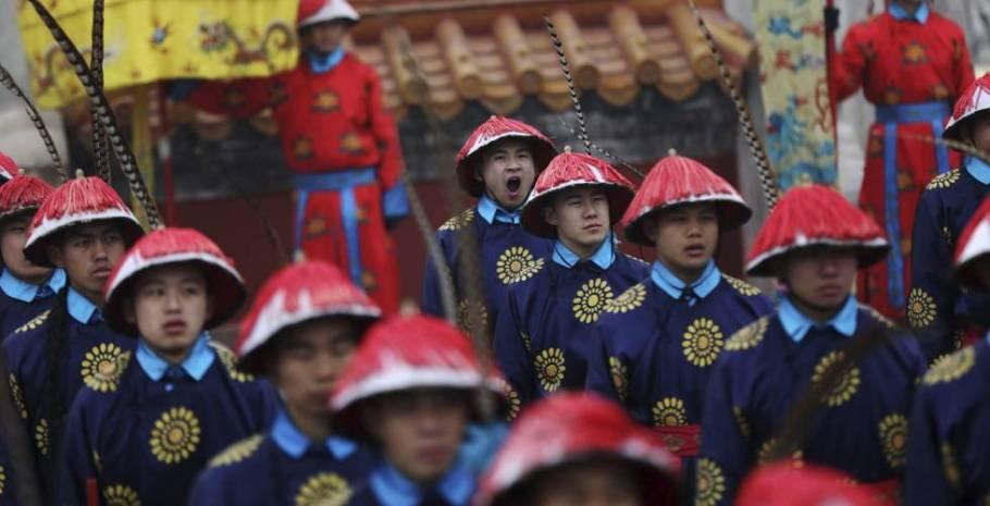 Ensaio para as celebrações do Galo de Fogo em Pequim.  Ano do Galo de Fogo - a chegada do novo ano lunar