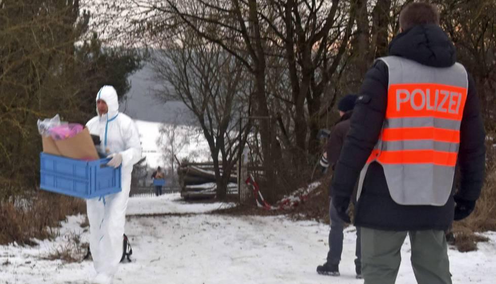 Los investigadores de la muerte de seis jóvenes trabajan en el lugar donde fueron hallados los cuerpos.