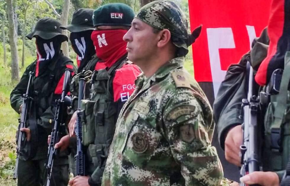 En primer plano, Fredy Moreno el último secuestrado por el ELN y liberado antes de que comenzaran las negociaciones.