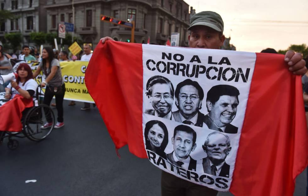 Un manifestante contra la corrupción, ayer en Lima.